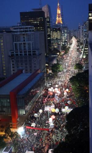 10.jun.2016 - Manifestantes participam de protesto contra o governo interino de Michel Temer na avenida Paulista, em São Paulo. O ato foi convocado pela Frente Brasil Popular e pela Frente Povo Sem Medo, ambas formadas por movimentos sociais e centrais sindicais