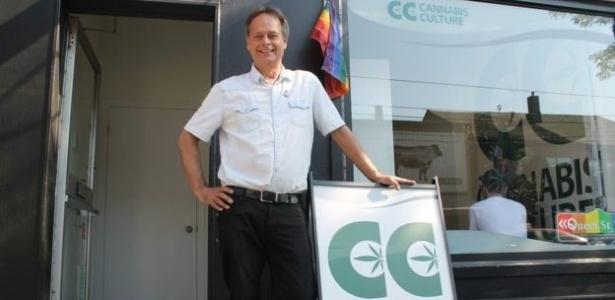 Marc Emery na frente de uma de suas lojas no Canadá