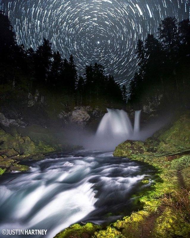 """13.jul.2016 - O resultado dessa imagem surgiu de """"uma ideia louca"""" de fotografar as estrelas e a cachoeira de Sahalie, no Oregon (EUA), em longa exposição, ao mesmo tempo"""