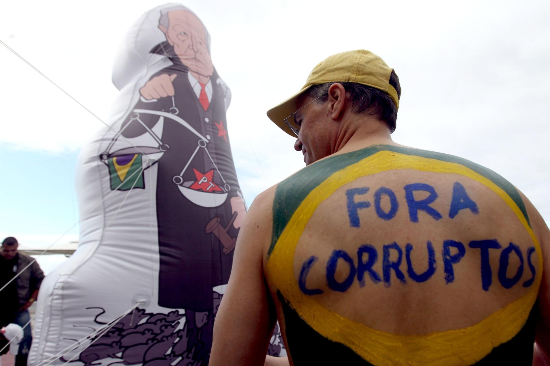 31.jul.2016 - Manifestantes pró-impeachment da presidente afastada Dilma Rousseff realizam protesto na orla de Copacabana, zona sul do Rio de Janeiro