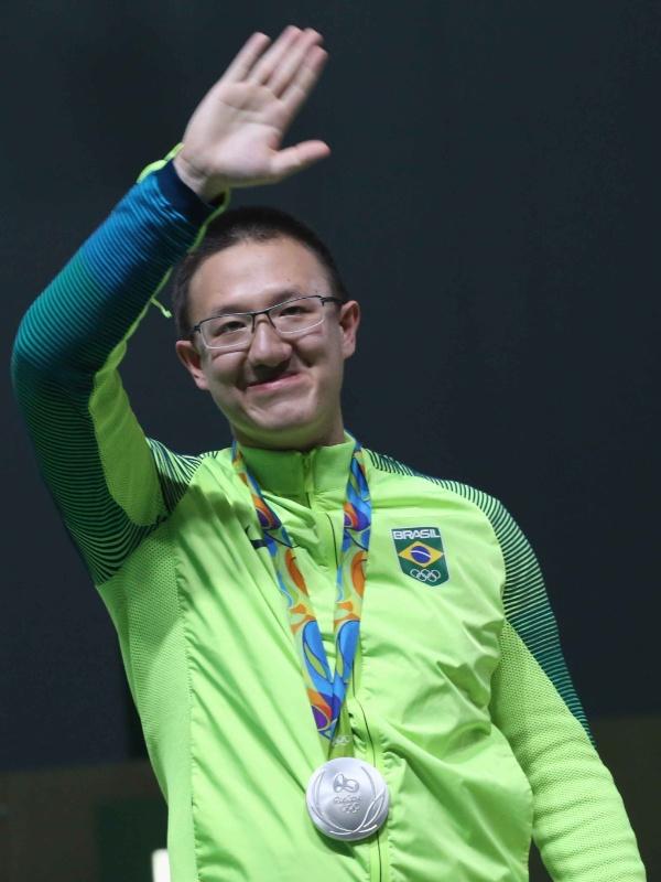 6.ago.2016 - Felipe Wu, do tiro esportivo, ficou em segundo lugar na categoria pistola de ar 10m e conquistou neste sábado a primeira medalha do Brasil na Rio-2016