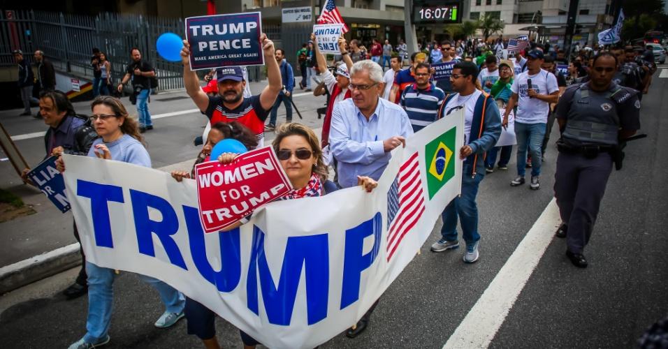 29.out.2016 - Grupo faz ato na avenida Paulista a favor do candidato republicano Donald Trump nas eleições presidenciais dos EUA
