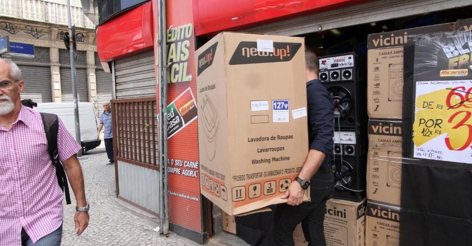 25.jan.2016 - Homem carrega caixa de lava-roupa durante Black Friday em lojas do centro do Rio de Janeiro, nesta sexta-feira (25)