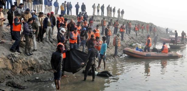 Vítimas de naufrágio no rio Ganges são retiradas próximas a Patna, na Índia