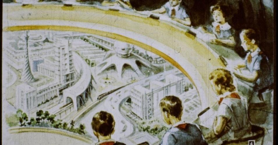 16.jan.2017 - Em uma aula de geografia, crianças veem em uma tela de cinema especial as cidades futuristas construídas pelos soviéticos. Uma delas é Uglegrado, a cidade subterrânea que os alunos visitarão no dia seguinte.
