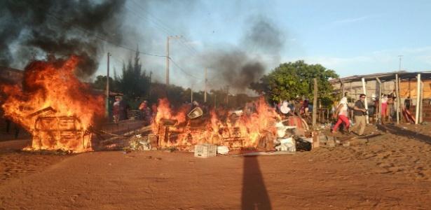 Mulheres incendeiam sofás e pneus para fechar rua de acesso ao presídio