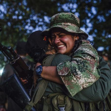 Membros das Farc se abraçam depois de longo tempo sem se verem perto da cidade de Laz Paz, na Colômbia - Federico Rios Escobar/The New York Times