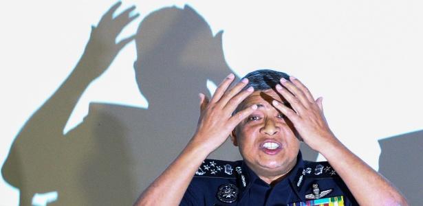 O chefe de polícia da Malásia, Khalid Abu Bakar, demonstra para a imprensa como teria sido o ataque que matou Kim Jong-nam - Athit Perawongmetha/ Reuters