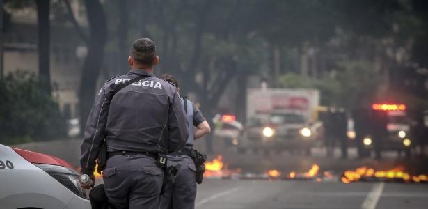 Manifestantes bloqueiam a avenida Ipiranga, na zona central de São Paulo