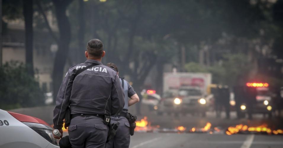 28.abr.2017 - Manifestantes bloqueiam a avenida Ipiranga, na zona central de São Paulo, na manhã desta sexta-feira. A ação faz parte do movimento de greve geral convocado para esta data em todo o país