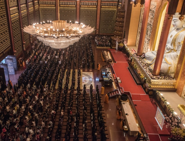 Centenas de monjas e peregrinas participam do Dia Nacional de cerimônias no templo do Fo Guang Shan em Yixing, na China
