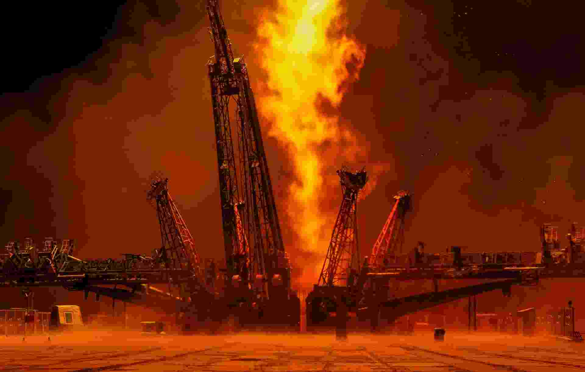 03.ago.2017 - Depois que o foguete se desloca, os fotógrafos continuam rastreando-o até desaparecer da vista. A poucos minutos do vôo, o foguete derrama seus quatro impulsionadores à medida que esvaziam o combustível líquido e não podem mais impulsionar a embarcação03.ago.2017 - O fotógrafo Shamil Zhumatov registrou cada passo do lançamento da nave espacial Soyuz, realizado no dia 28 de julho, no cosmodrome de Baikonur (Cazaquistão). As imagens ganharam um toque especial da iluminação natural de um final de tarde - Shamil Zhumatov/Reuters