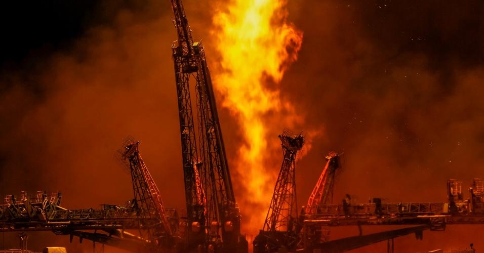 03.ago.2017 - Depois que o foguete se desloca, os fotógrafos continuam rastreando-o até desaparecer da vista. A poucos minutos do vôo, o foguete derrama seus quatro impulsionadores à medida que esvaziam o combustível líquido e não podem mais impulsionar a embarcação03.ago.2017 - O fotógrafo Shamil Zhumatov registrou cada passo do lançamento da nave espacial Soyuz, realizado no dia 28 de julho, no cosmodrome de Baikonur (Cazaquistão). As imagens ganharam um toque especial da iluminação natural de um final de tarde