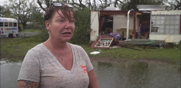 Judie McRae enfrentou o furacão Harvey agarrada à cama de seu trailer  - BBC