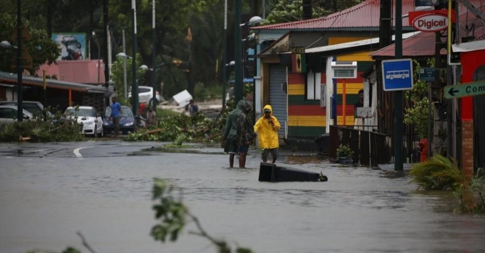 19.set.2017 - Rua inundada após a passagem do furacão Maria em Pointe-a-Pitre, em Guadalupe