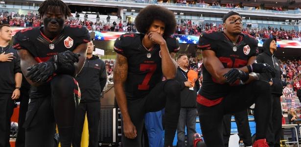 Colin Kaepernick (centro), então quaterback do San Francisco 49ers, começou seu protesto durante a pré-temporada de futebol americano de 2016
