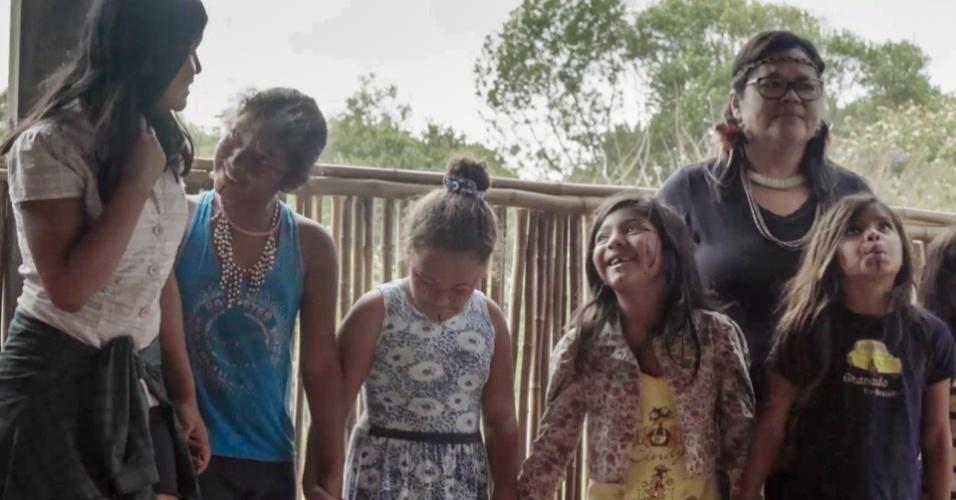 Lílian Securela (de óculos à dir.), uma das lideranças de Piaçaguera, com crianças da aldeia