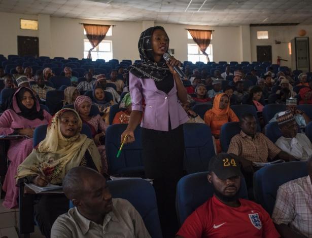 Aluna participa de uma discussão durante uma aula de ética de gênero na Universidade de Maiduguri, na Nigéria