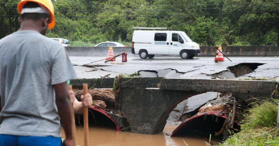11.jan.2018 - Trecho da SC-401 onde o asfalto cedeu por conta das fortes chuvas que atingem Florianópolis