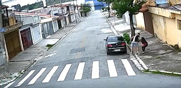 Flagrado por câmera, estuprador ataca jovem e a leva para dentro do carro
