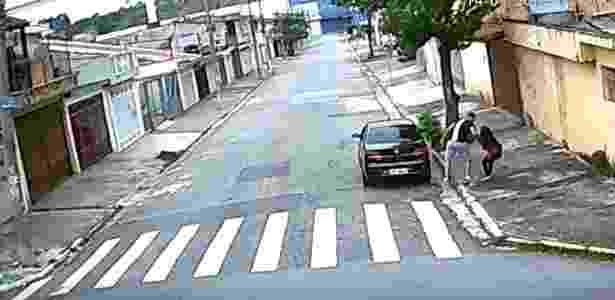 Flagrado por câmera, estuprador ataca jovem e a leva para dentro do carro - Reprodução