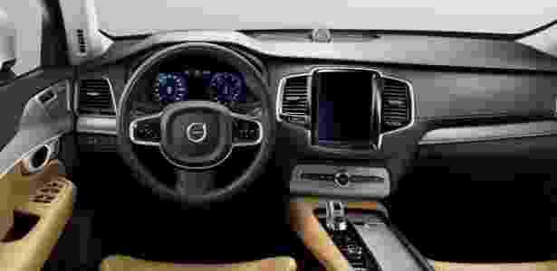 O modo de direção semi-autônoma é acionado de forma simples, por um conjunto de botões à esquerda do volante; interior do modelo é luxuoso e, no painel, se destaca uma central multimídia com tela sensível ao toque e que mais lembra um tablet - Divulgação