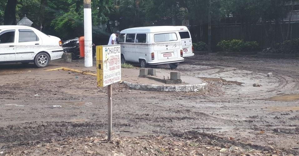 15.fev.2018 - Rua de São Conrado, na zona sul do Rio, ficou com lama e poças d'água um dia após a forte chuva que atingiu o Rio
