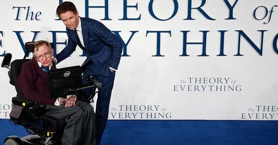 A vida de Stephen Hawking virou filme. Em 'A Teoria de Tudo', indicado ao Oscar de melhor longa em 2015, o físico é interpretado pelo ator Eddie Redmayne, que ganhou o prêmio de melhor ator pelo papel.