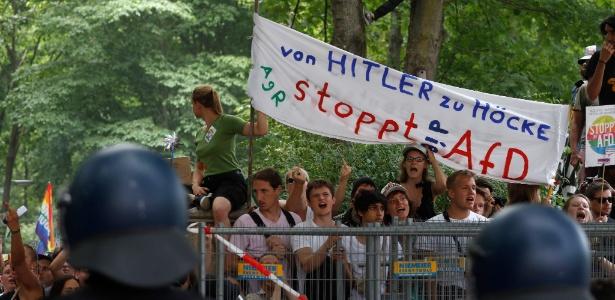 """Manifestantes erguem uma faixa onde se lê """"de Hitler para Hoecke, pare a AfD"""" durante protesto contra manifestação organizada pelo partido político de extrema-direita"""