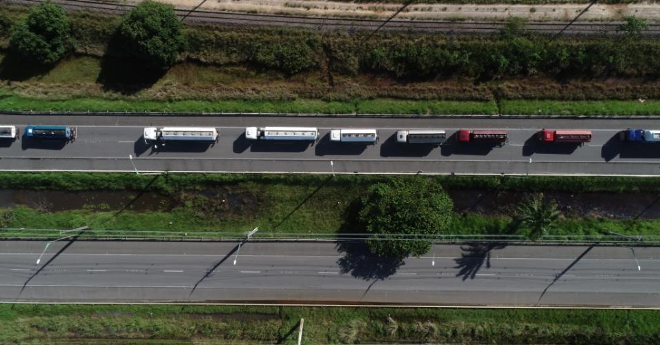 30.mai.2018 - Vista aérea de caminhões-tanque carregados de combustível deixando o Porto de Suape, em Ipojuca (PE)
