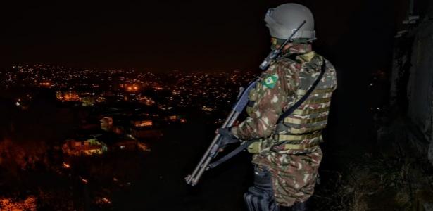 Militar monitora região dos complexos do Chapadão e da Pedreira, no Rio - Divulgação/Comando Conjunto