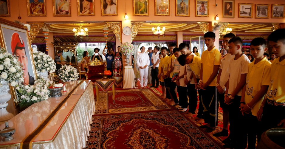 19.jul.2018 - Adolescentes resgatados de caverna prestam homenagem ao mergulhador Saman Gunan, que morreu durante os preparativos do resgate do grupo na Tailândia, em visita a templo