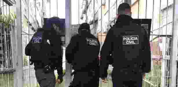 24.ago.2018 - Policiais civis cumprem mandados de prisão em Porto Alegre - Reprodução/Twitter