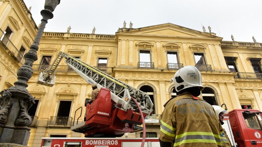 Trabalho de rescaldo na manhã desta segunda-feira após o incêndio de grandes proporções que destruiu o acervo do Museu Nacional, no Rio - Thiago Ribeiro/Agif/Estadão Conteúdo