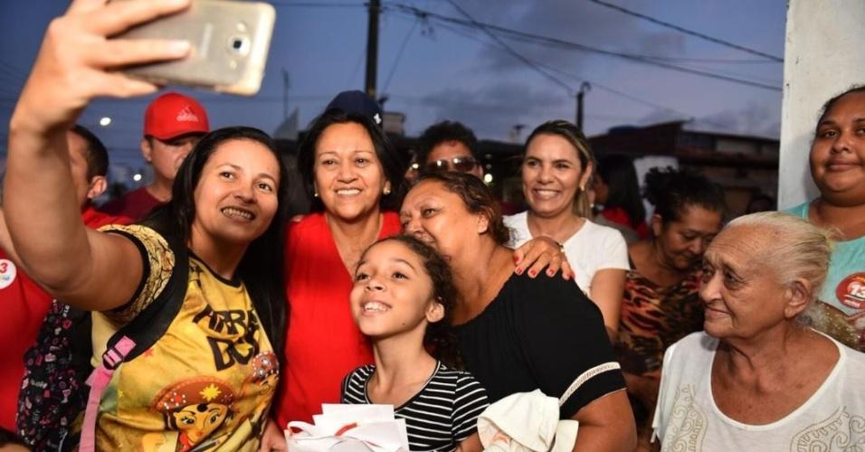 24.out.2018 - Fátima Bezerra realiza uma caminhada no bairro Lagoa Azul, no RN