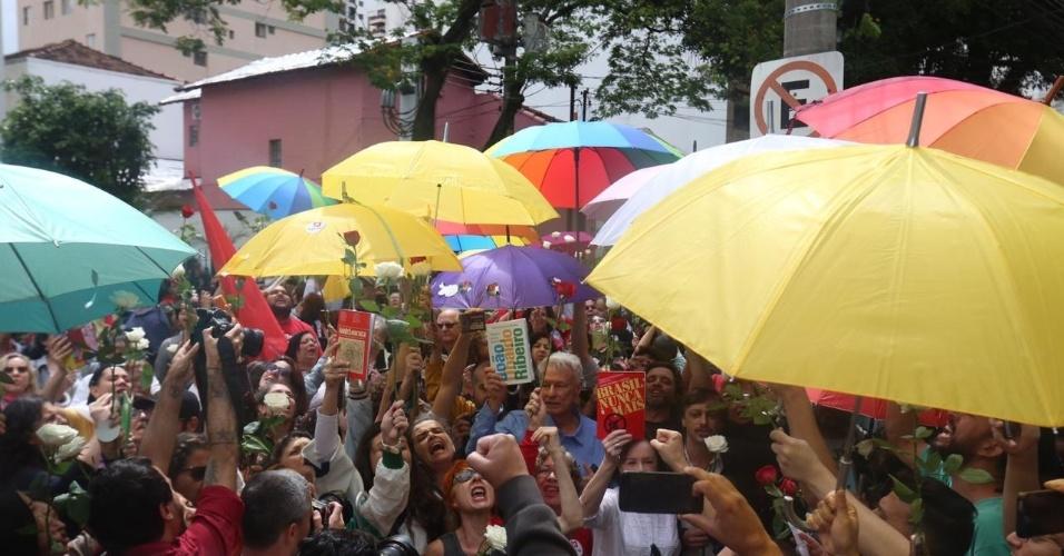 28.out.2018 - Rosas, canto e livros no colégio onde o candidato à presidência Fernando Haddad (PT) vota, em Moema, na Zona Sul de São Paulo