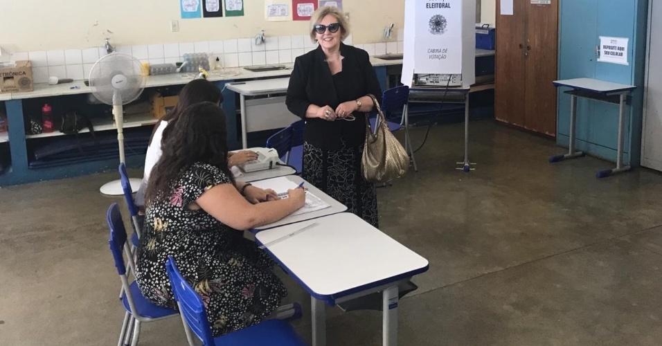 A ministra do Supremo Tribunal Federal Rosa Weber vota em um colégio na Asa Sul, em Brasília