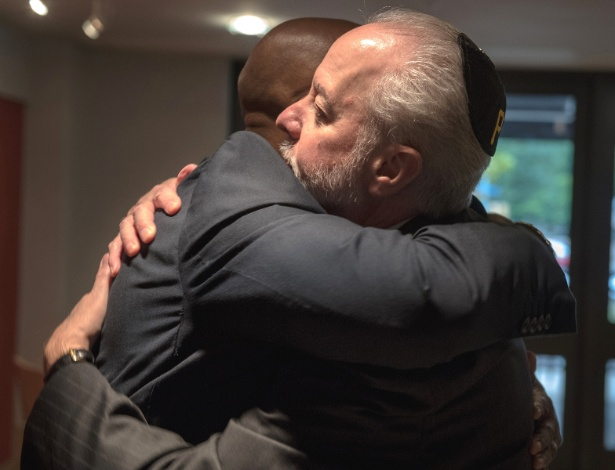 O pastor Eric S.C. Manning abraça o rabino Jeffrey Myers, em Pittsburgh