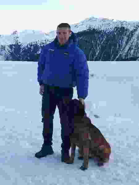 Raphaël C., agente que salvou a criança, e seu cachorro, Gétro - Twitter/Cristophe Castaner