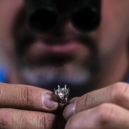 4.jan.2019 - Funcionário da Tiffany & Co ajeita pedra de diamante em um anel, em Pelham (EUA) - Jeenah Moon/The New York Times