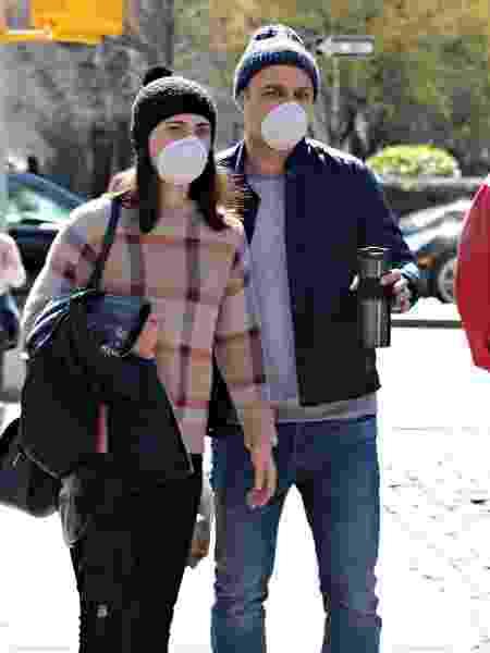 Coronavírus: Casal com máscaras de proteção caminha pela 5ª avenida, em Nova York (EUA) - Cindy Ord/AFP