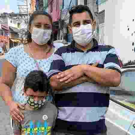 Evelyn, Josué, e seu filho Guilherme: sem internet, sem celular, sem informação - Arquivo pessoal