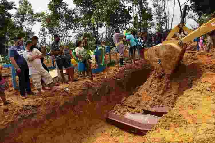 enterro coletivo - Edmar Barros/Futura Press/Estadão Conteúdo - Edmar Barros/Futura Press/Estadão Conteúdo