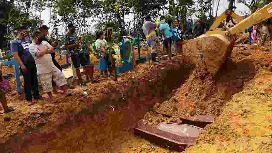Enterro coletivo é feito em cova comum aberta por trator no Cemitério Nossa Senhora Aparecida em Manaus - Edmar Barros/Futura Press/Estadão Conteúdo
