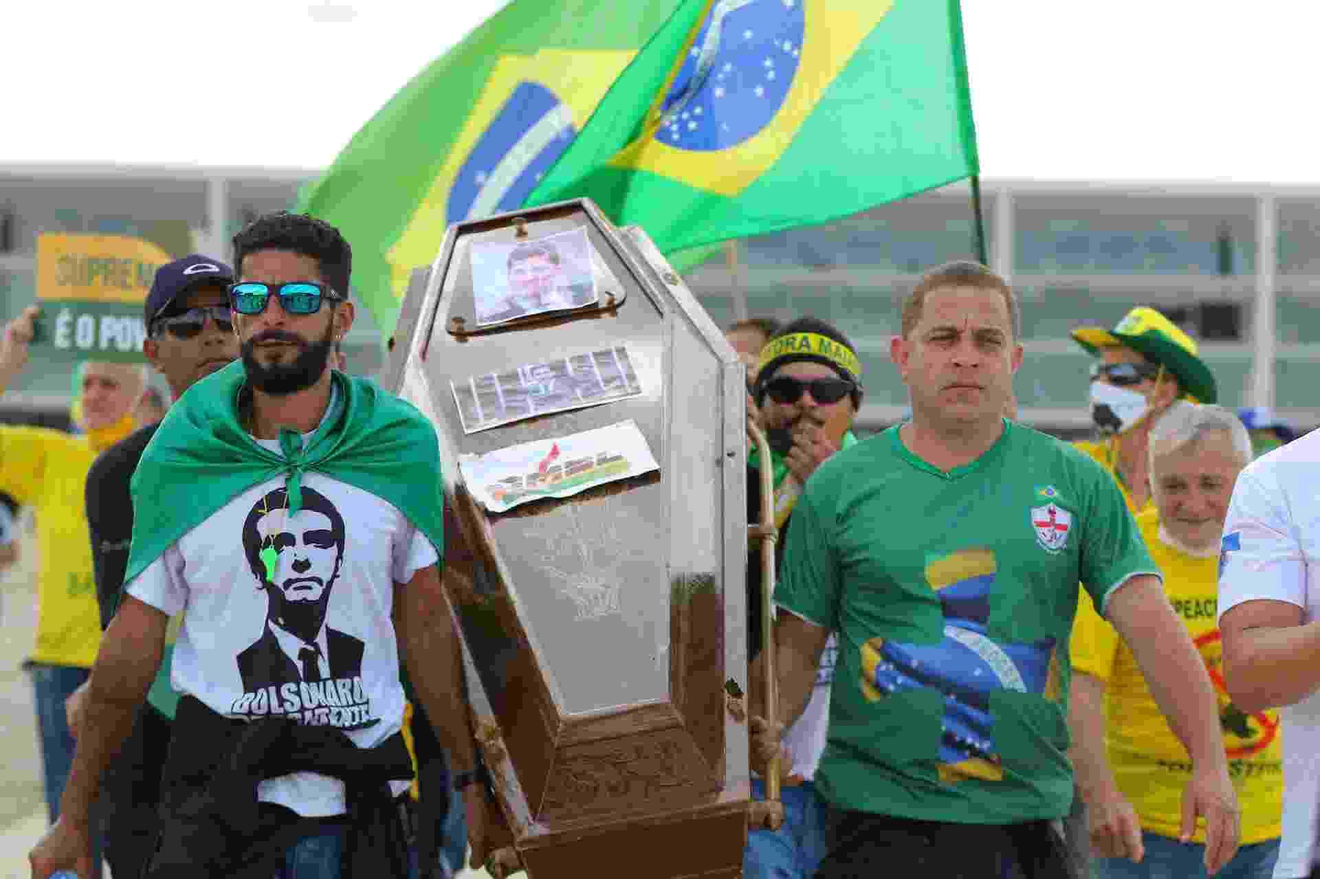 """Manifestantes simulam """"enterro"""" do ex-ministro da Justiça Sergio Moro. Ao anunciar decisão de deixar o governo, Moro acusou Bolsonaro de tentar interferir na PF  - Estadão Conteúdo"""