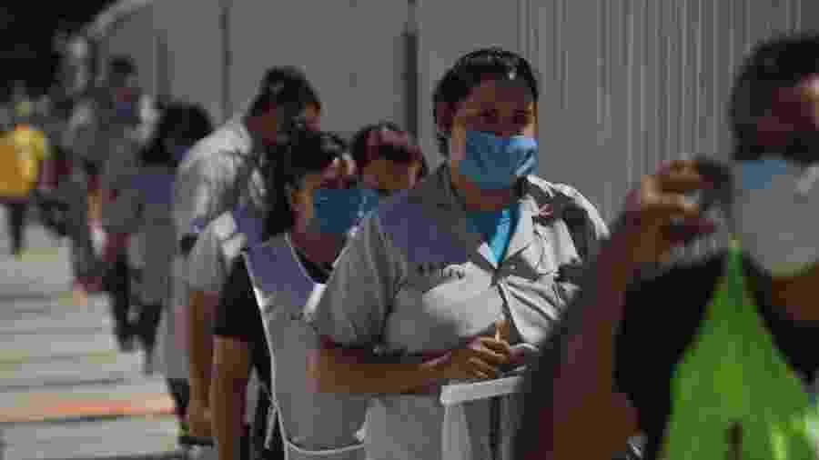 4.jun.2020 - Trabalhadores fazem fila para entrar em fábrica em Chihuahua, no México - David Peinado/Xinhua