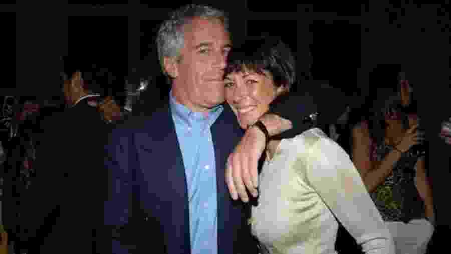 Jeffrey Epstein e Ghislaine Maxwell em foto de 2005; segundo acusação, ela tinha papel de aliciar vítimas - Getty Images