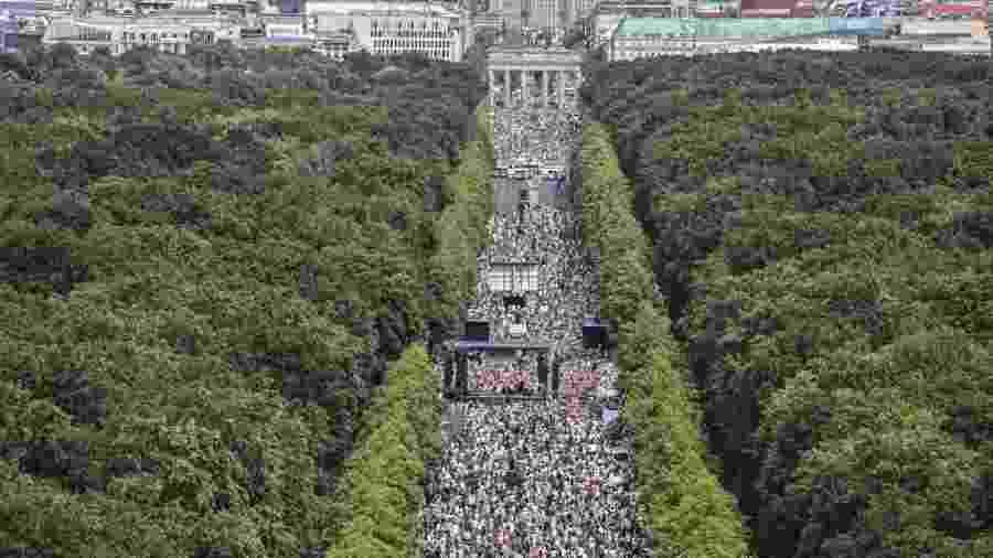 Milhares de pessoas saíram às ruas em Berlimneste sábado (1°) para protestar contra as regras de isolamento social - John Macdougall/AFP