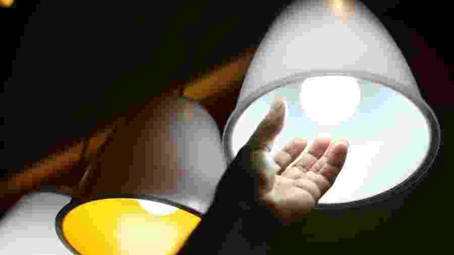 Empresa também permite o parcelamento das contas de luz atrasadas em até 12 vezes - Marcelo Camargo/Agência Brasil