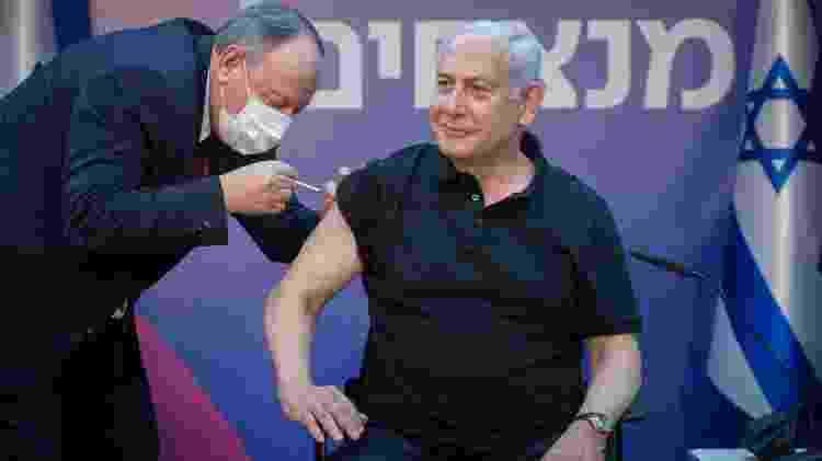 Primeiro-ministro de Israel, Benjamin Netanyahu recebe segunda dose da vacina da Pfizer - Miriam Alster/JINI via Xinhua - Miriam Alster/JINI via Xinhua